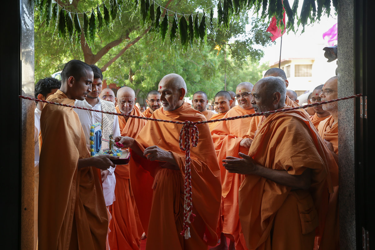 Swamishri performs pujan of Shri Harikrishna Maharaj during the opening ceremony of the new building for the BAPS Swaminarayan Sanskrit Mahavidyalaya