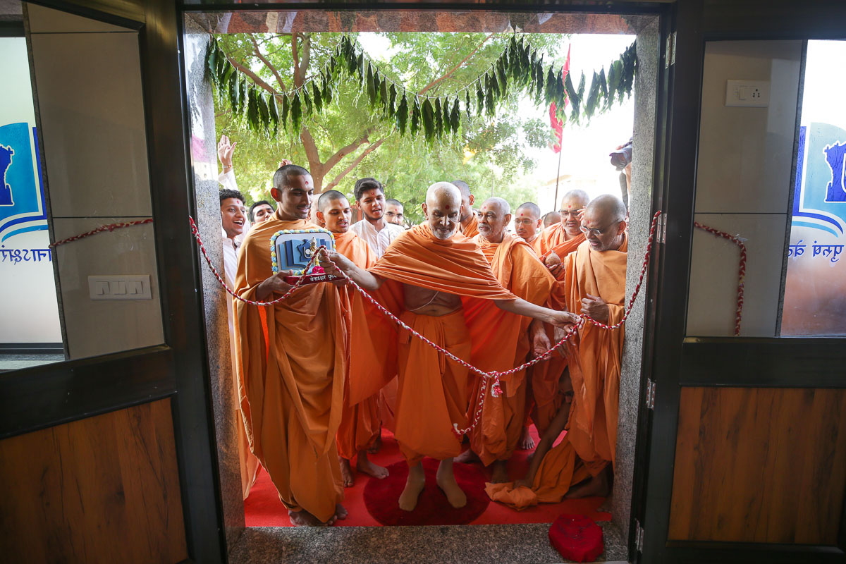 Swamishri inaugurates the new building for the BAPS Swaminarayan Sanskrit Mahavidyalaya