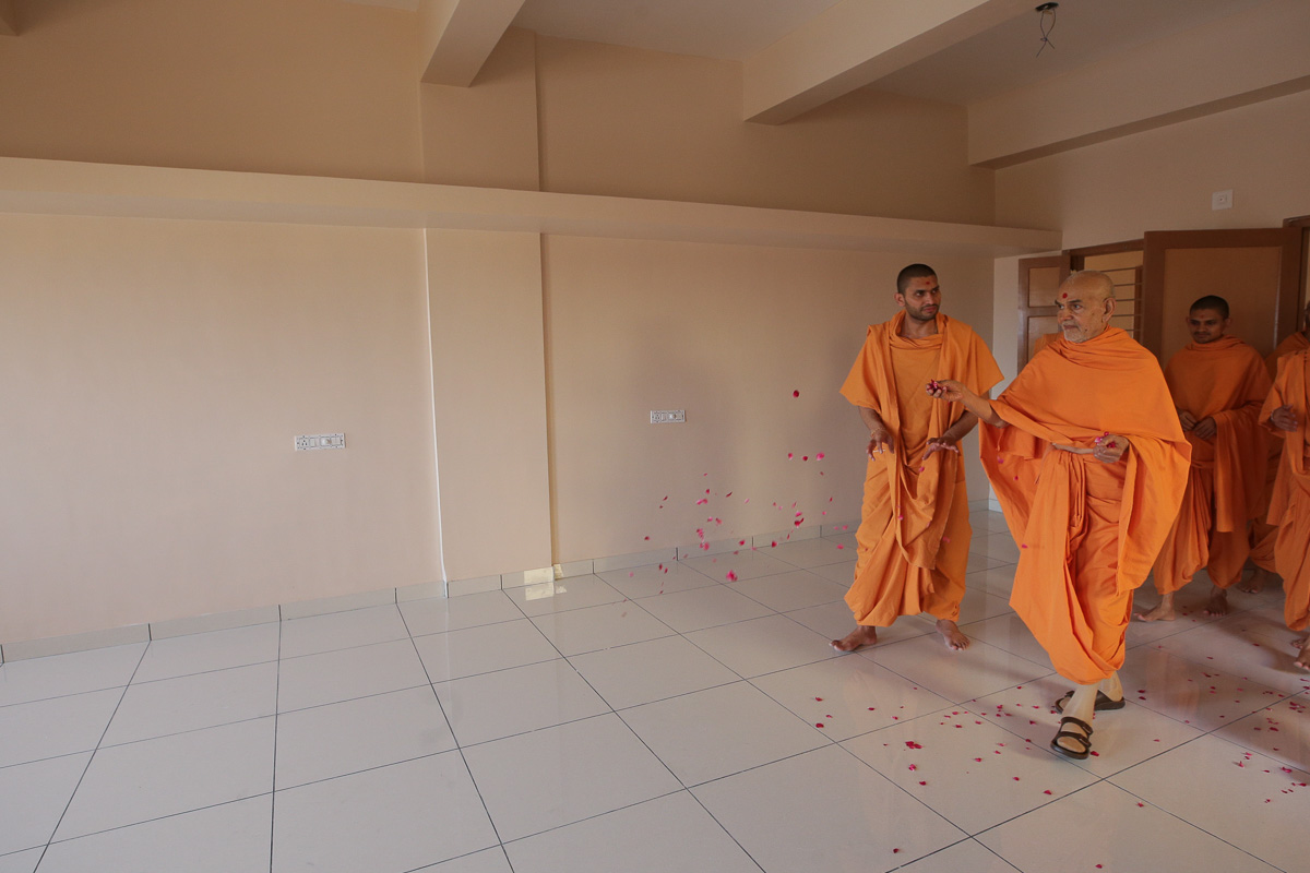 Swamishri showers flower petals in the classrooms