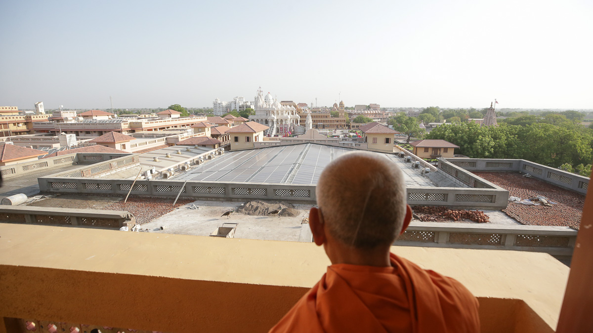Swamishri views the mandir from the terrace of the Mahavidyalaya