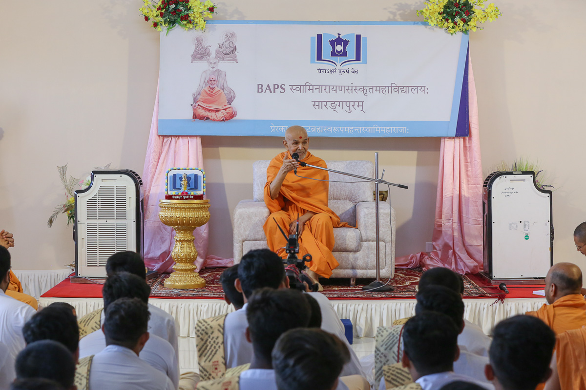 Swamishri blesses students