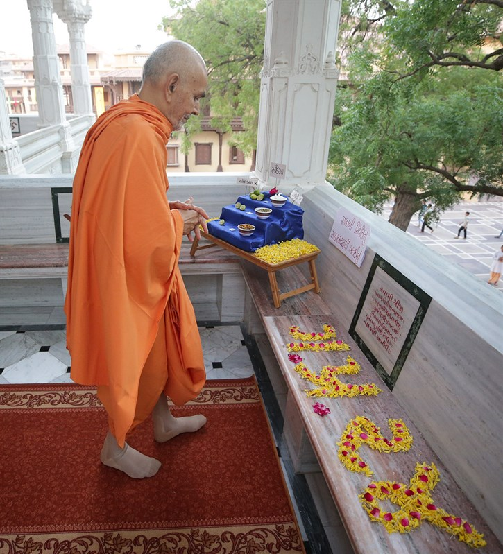 Swamishri engrossed in darshan in the mandir pradakshina