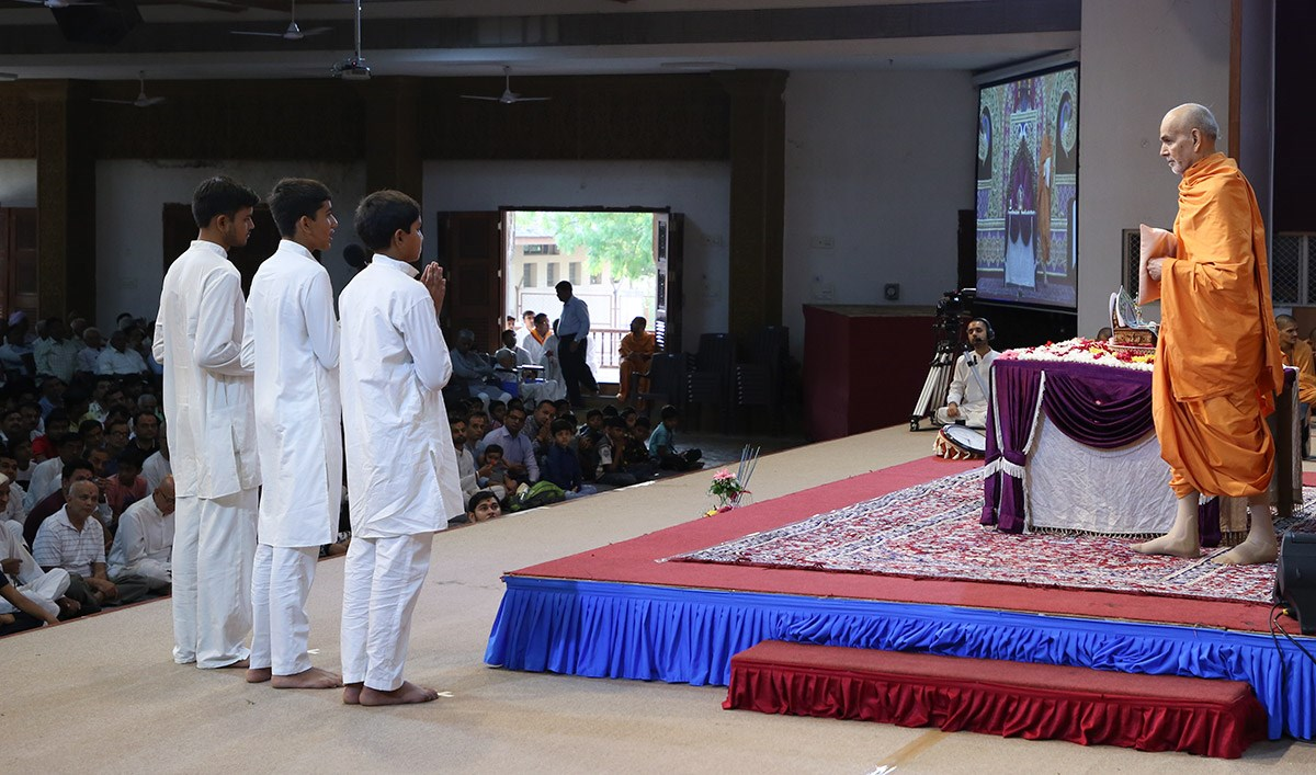 Youths recite scriptural passages in Swamishri's puja