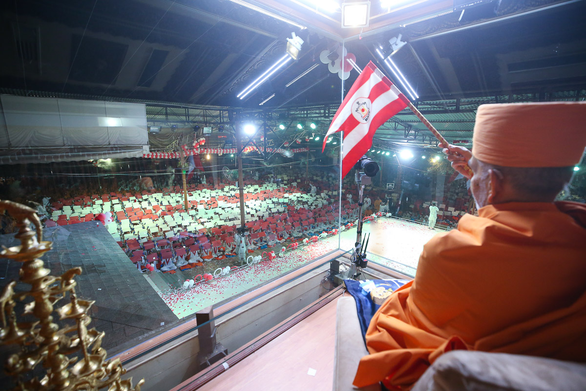 Swamishri observes the presentations during the assembly