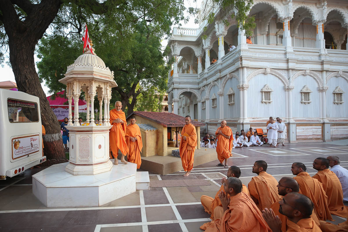 Swamishri performs pradakshina of the holy charanarvind of Bhagwan Swaminarayan