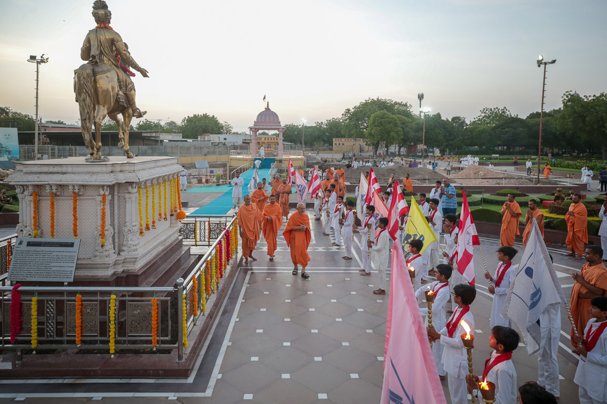 Balaks doing darshan of Swamishri in the mandir grounds