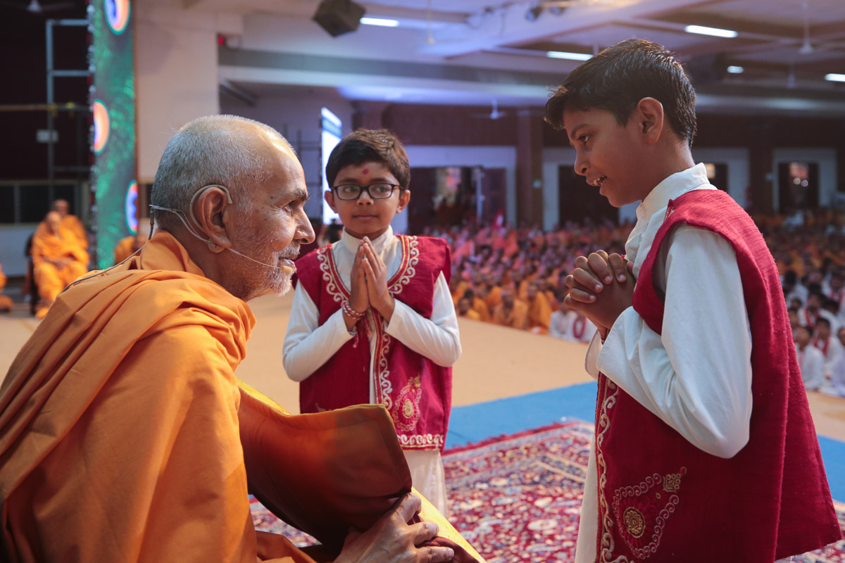 Children present a pillow to Swamishri