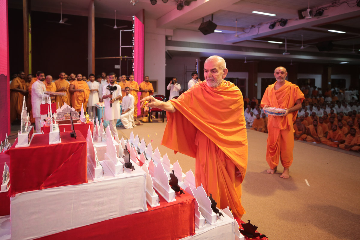 Swamishri sanctifies the prizes to be awarded to the winners of competitions in the adhiveshan