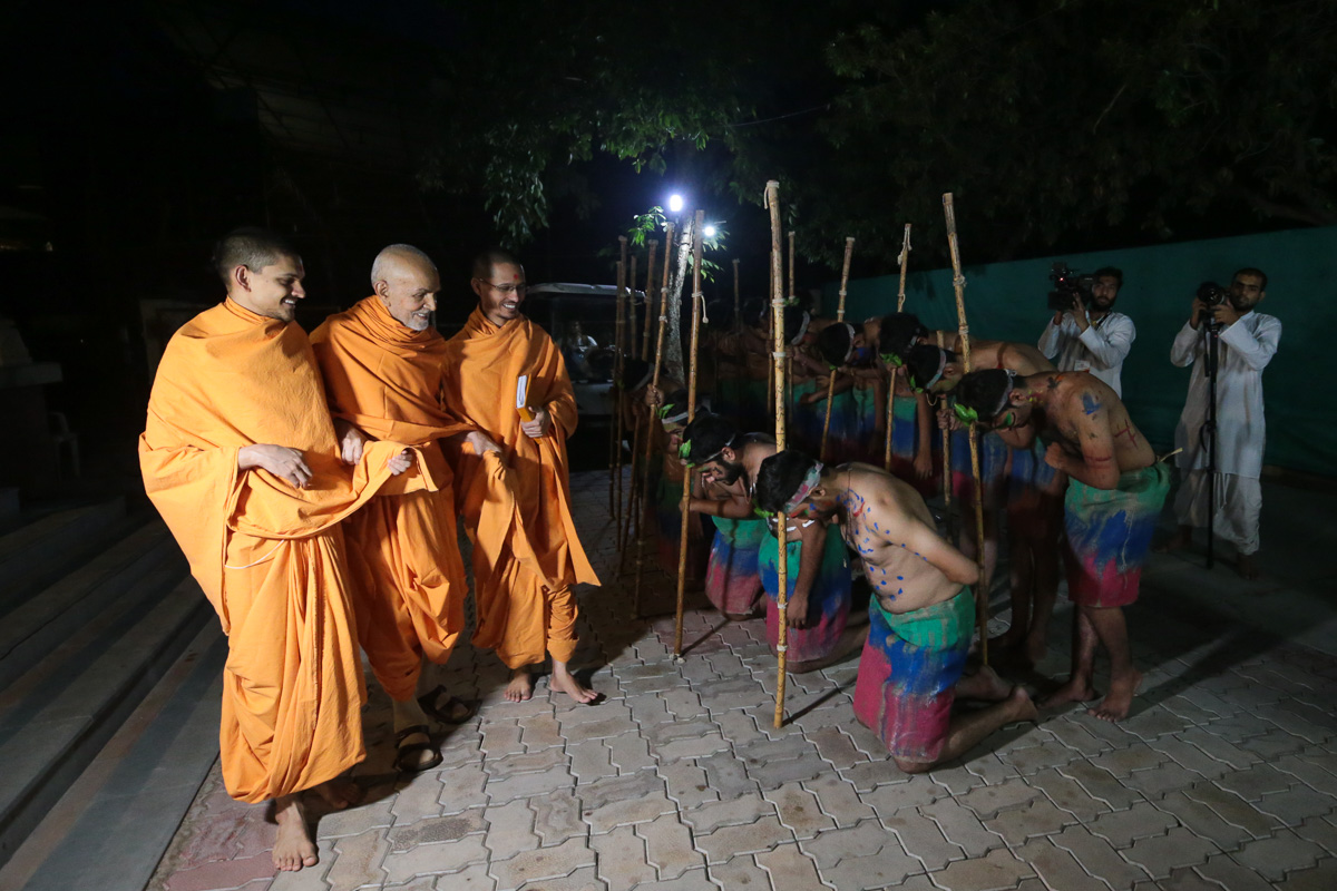 Balaks and karyakars doing darshan of Swamishri