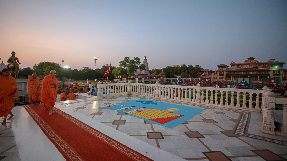 Swamishri observes a rangoli on the mandir podium