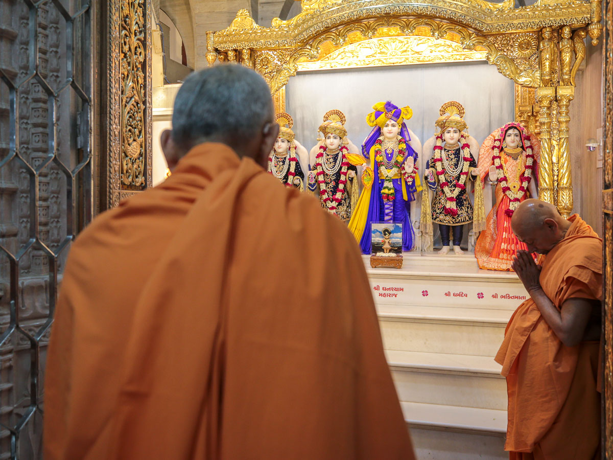 Swamishri engrossed in darshan of Shri Dharmakul