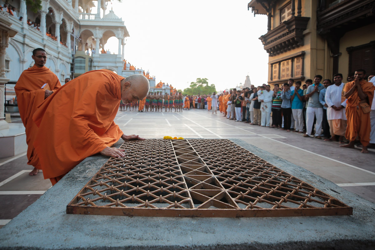 Swamishri observes an old well in the mandir grounds