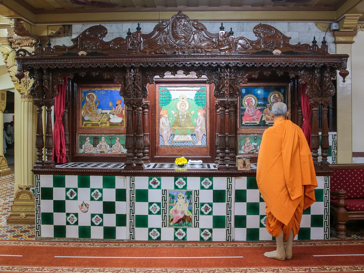 Swamishri doing darshan of Thakorji in the sabha mandap