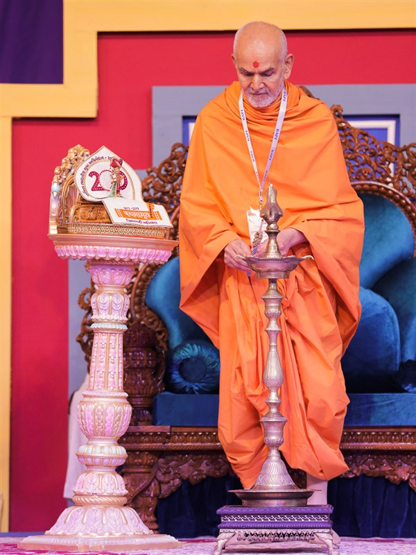 Swamishri lights the lamp to inaugurate the adhiveshan