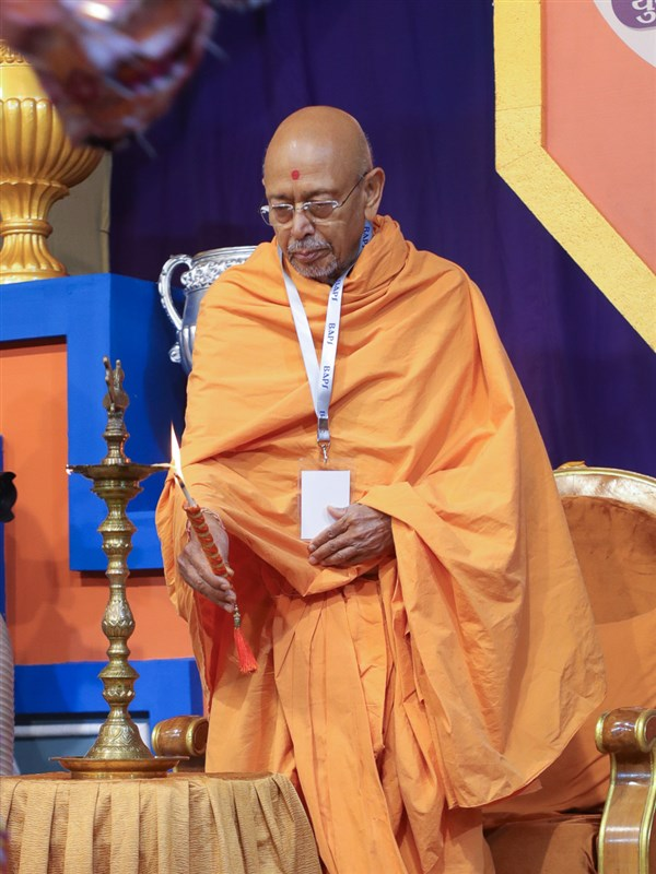 Pujya Tyagvallabh Swami lights the inaugural lamp