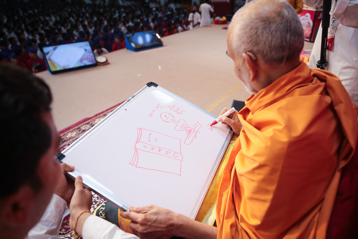 Swamishri draws a message for the youths