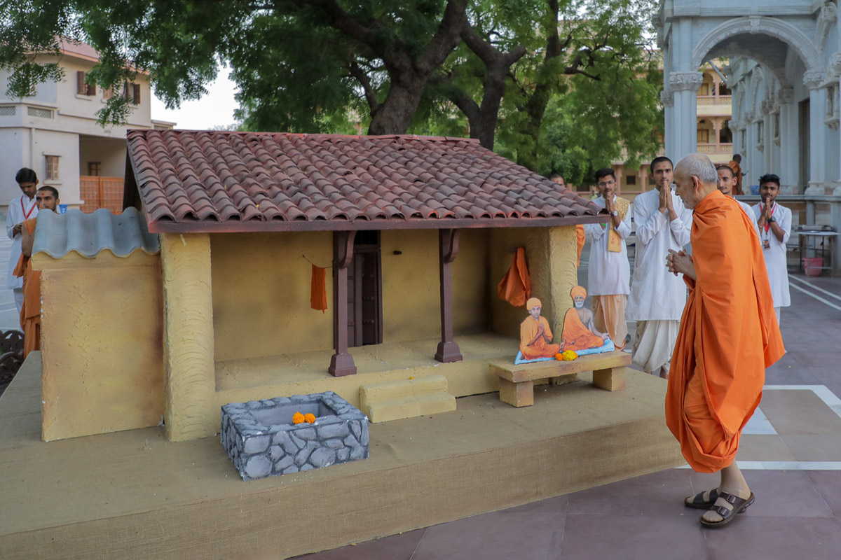 Swamishri doing darshan of a display