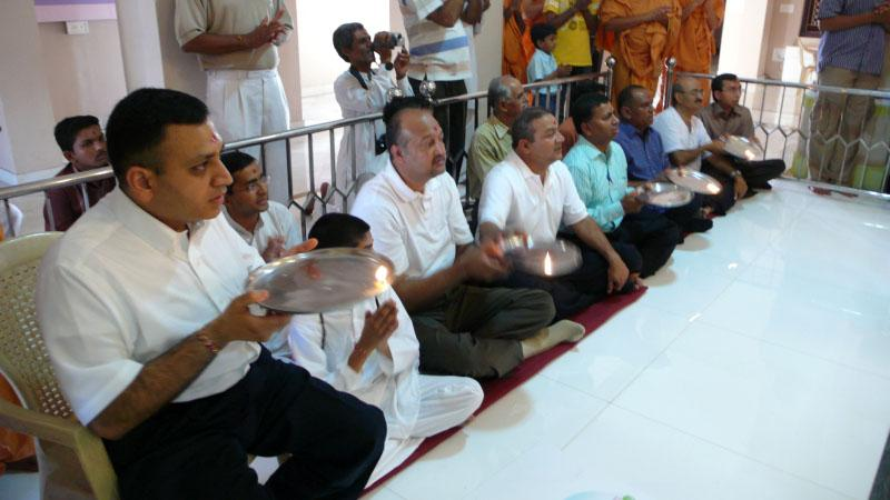 Devotees during the pratishtha rituals
