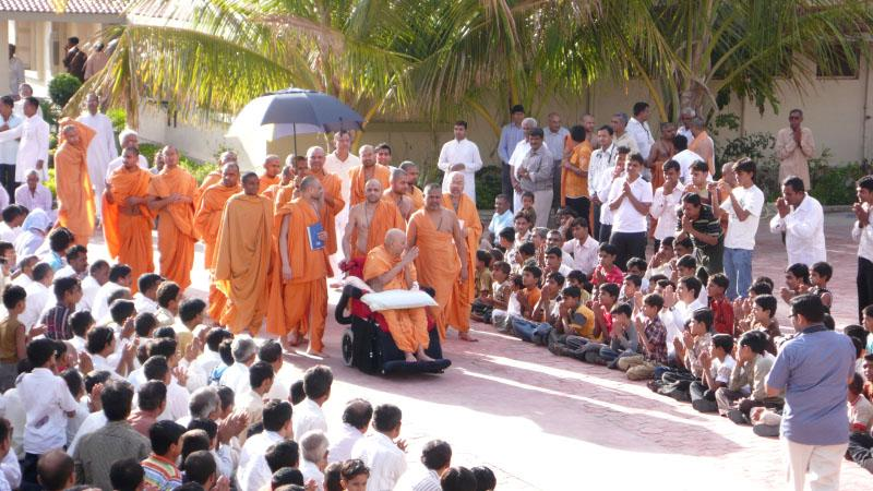 Swamishri on his way for his morning puja