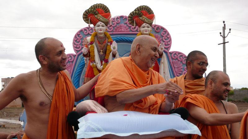 Swamishri observes and sanctifies the mandir land
