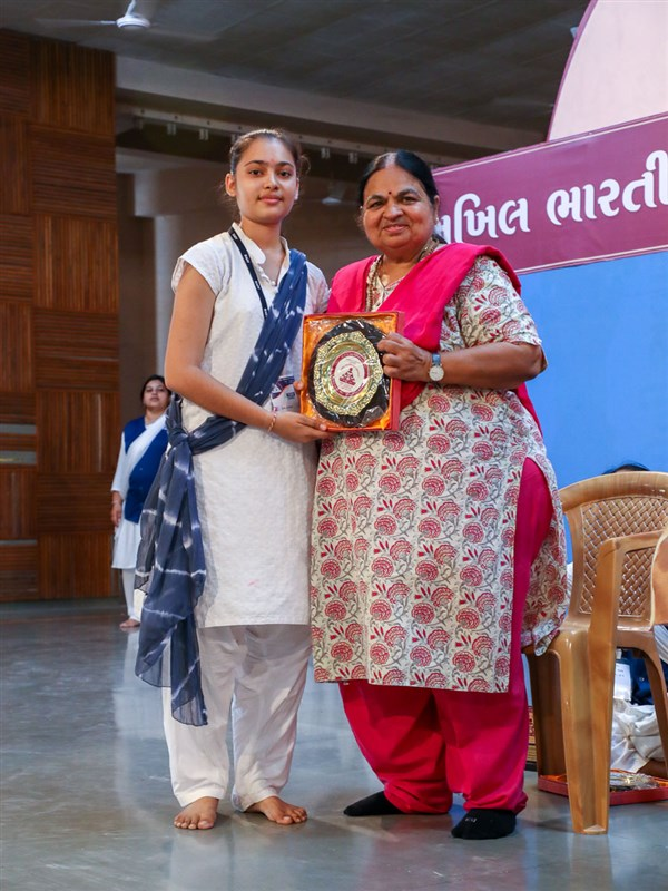 Neetaben Shah presents prizes to the yuvati competition winners