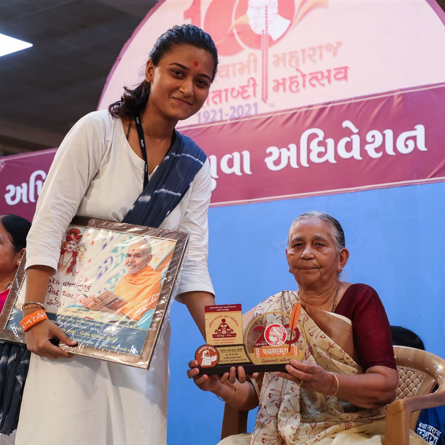 Sushilaben Mistry presents prizes to the yuvati competition winners