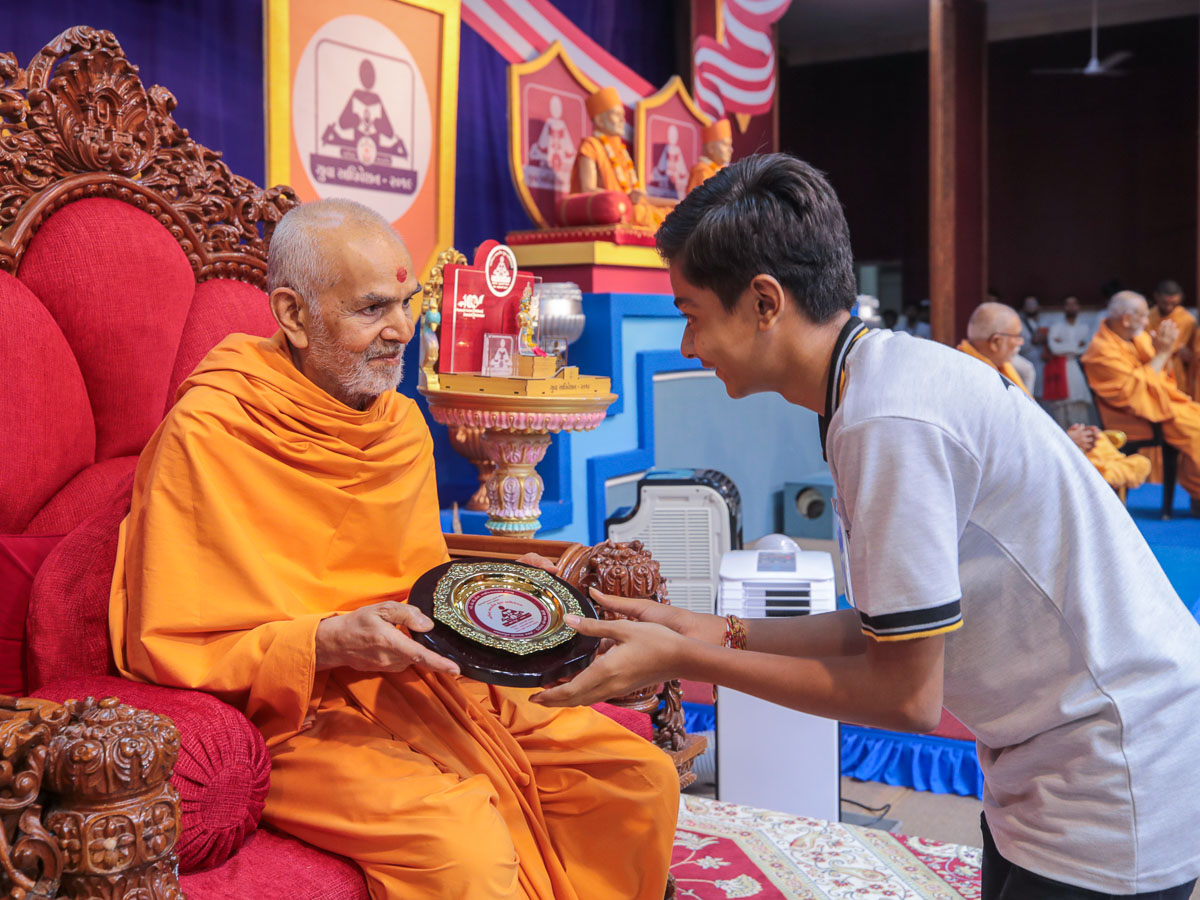 Swamishri presents prizes to the youths who attained high distinction in the Vachanamrut Mukhpath competition
