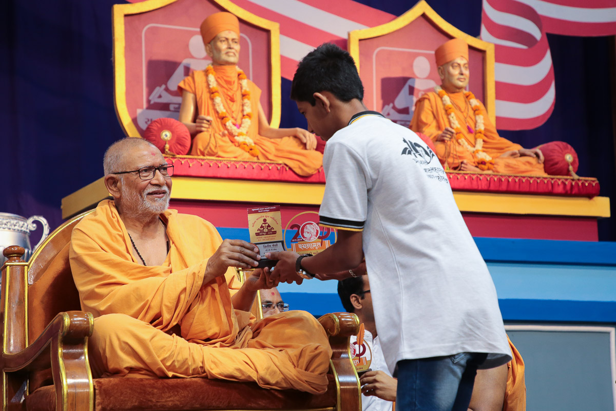 Pujya Kothari Swami presents prizes to the winners