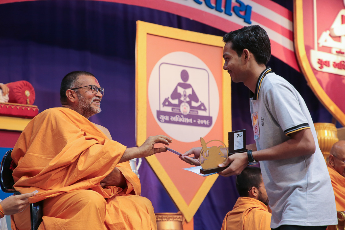 Narendraprasad Swami presents a memento to the winners