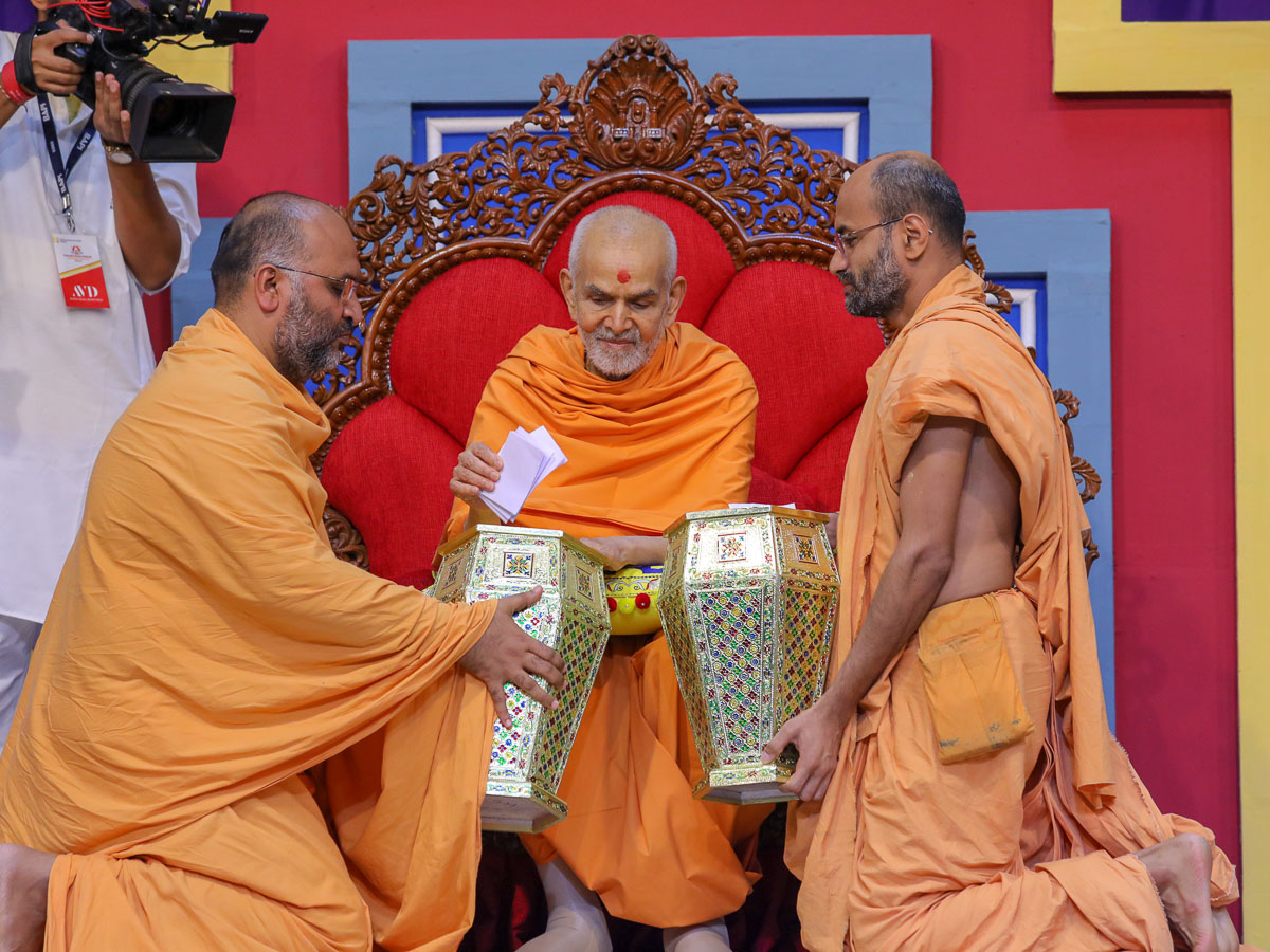 Swamishri sanctifies prayers written by the youths