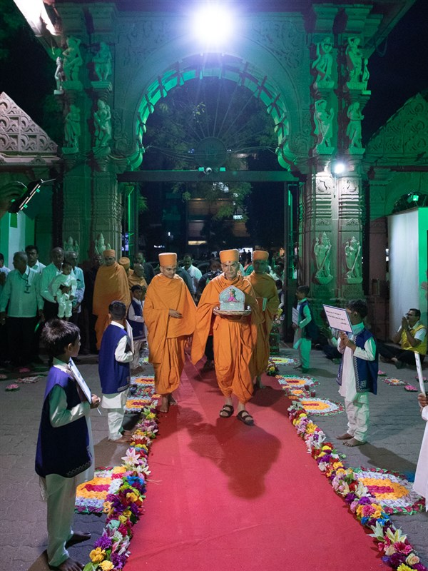Swamishri enters the mandir with Shri Harikrishna Maharaj