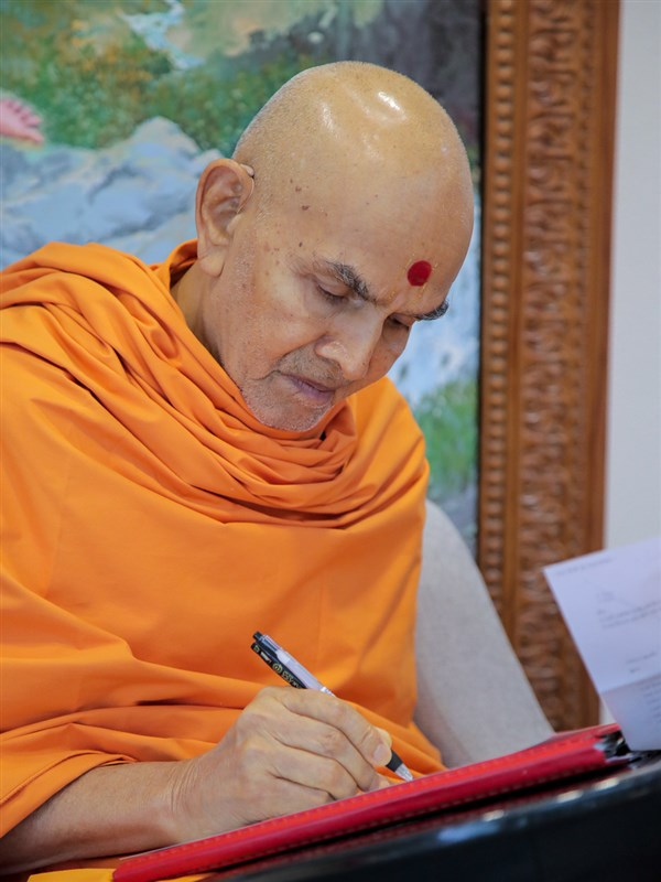 Swamishri replies to letters from devotees