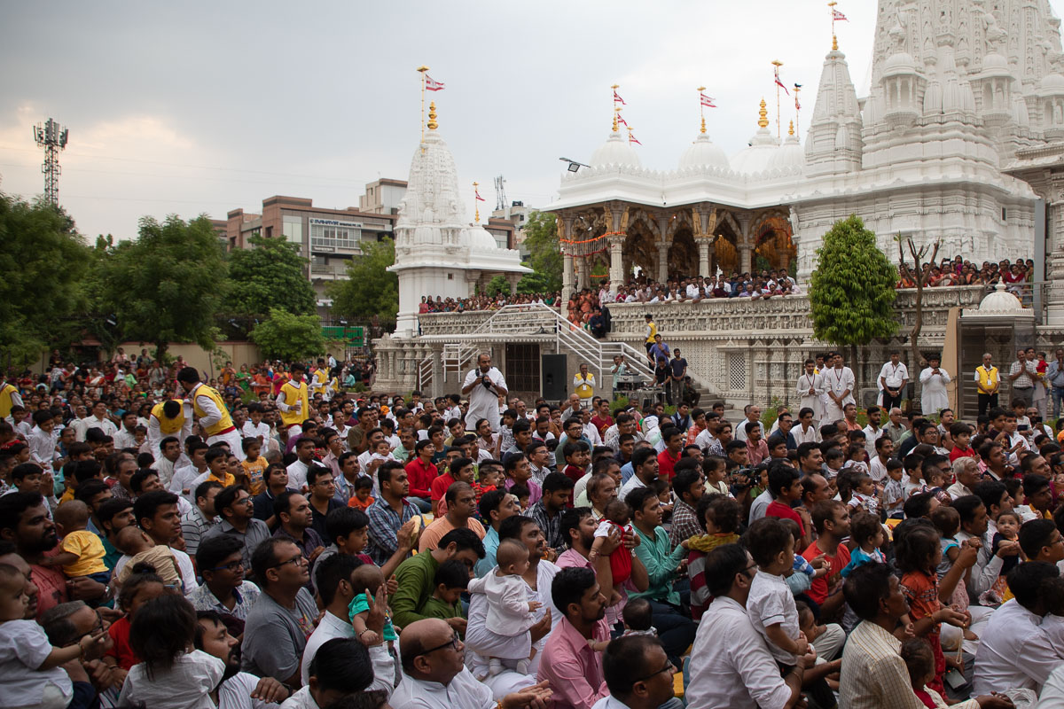 Devotees during the vartman ritual