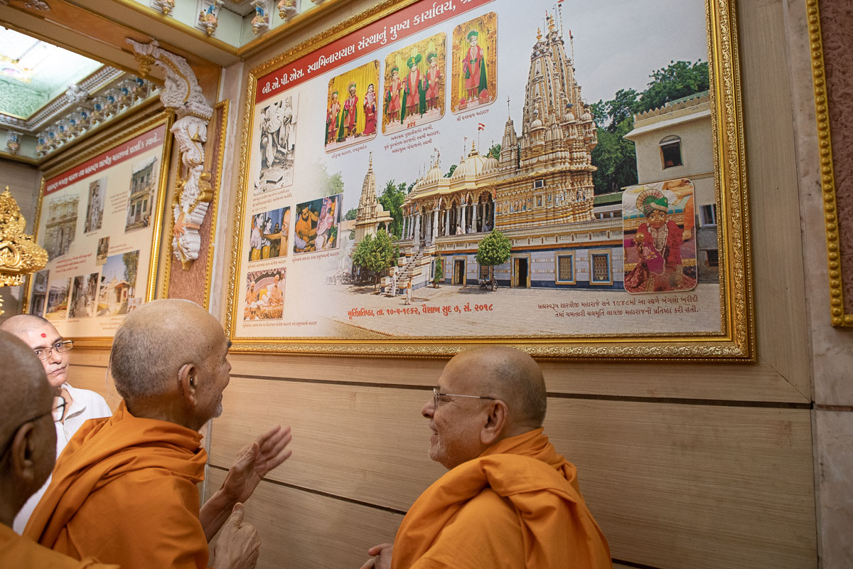 Swamishri and Pujya Ishwarcharan Swami discuss the history of BAPS Shri Swaminarayan Mandir, Ahmedabad