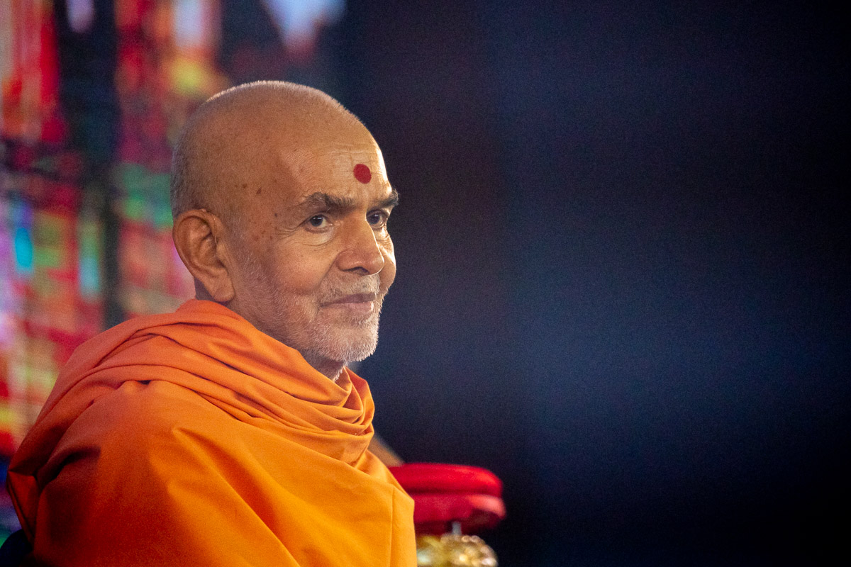 Swamishri listens to prasangs