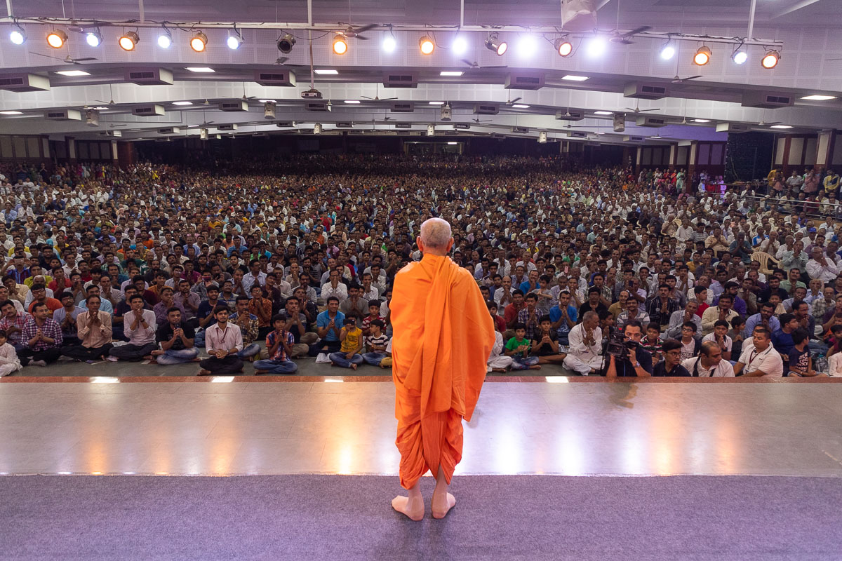 Devotees doing darshan of Swamishri in the Pramukh Swami Auditorium