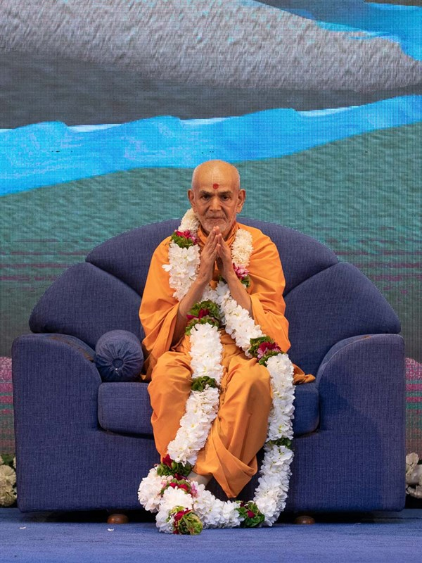 Swamishri honored with a garland