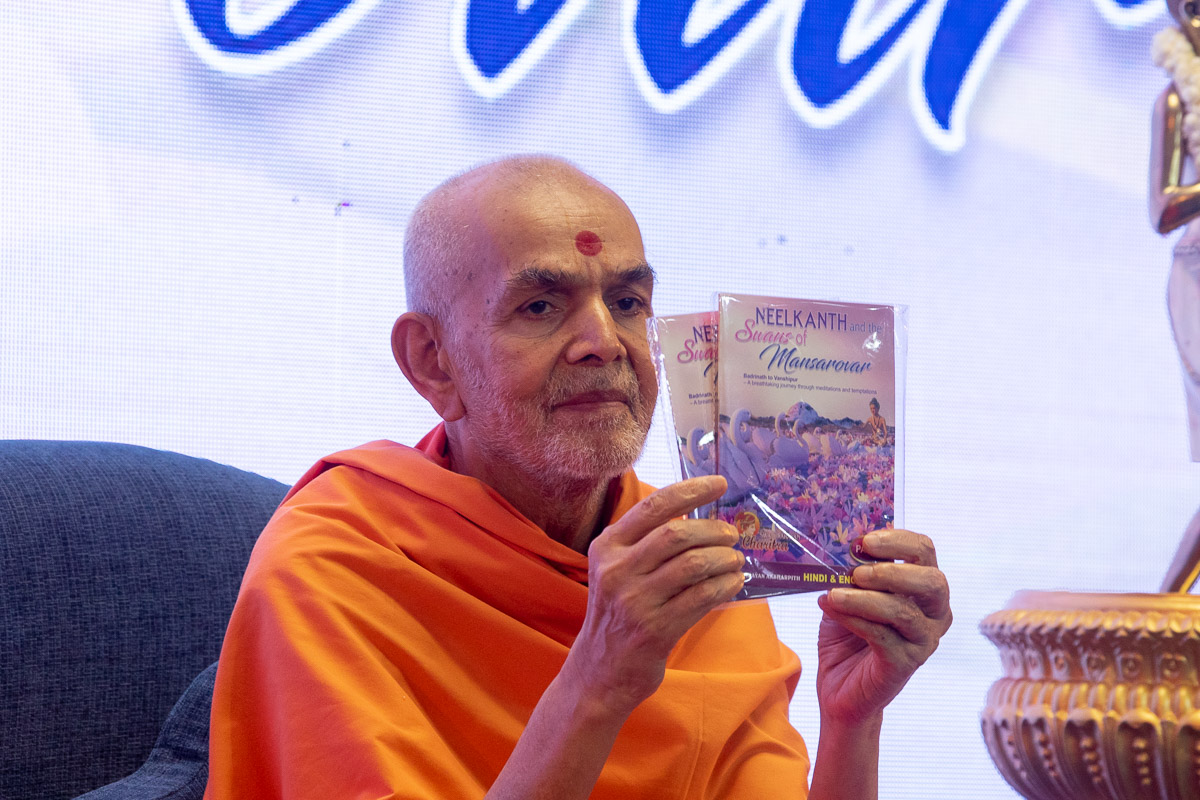 Swamishri inaugurates the DVD, 'Neelkanth and the Swans of Mansarovar'