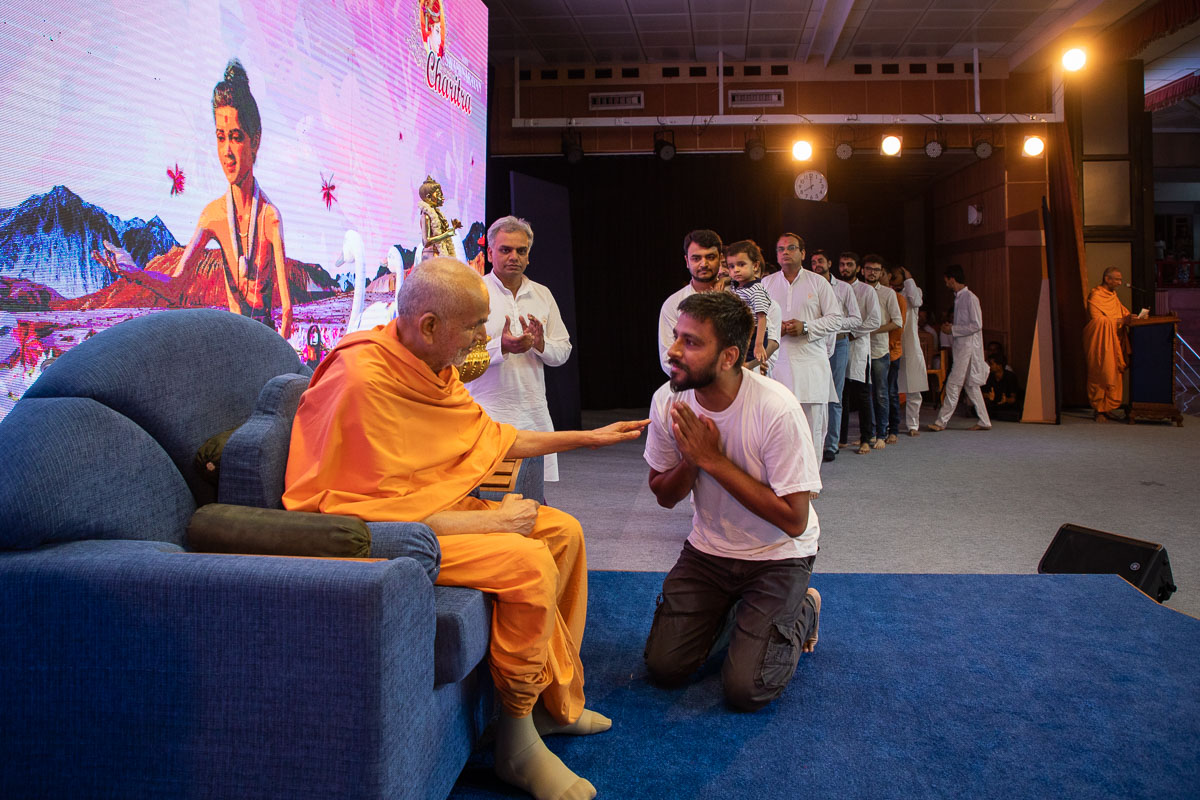 Swamishri blesses BAPS volunteers for their contributions to the 'Shri Swaminarayan Charitra' animation series