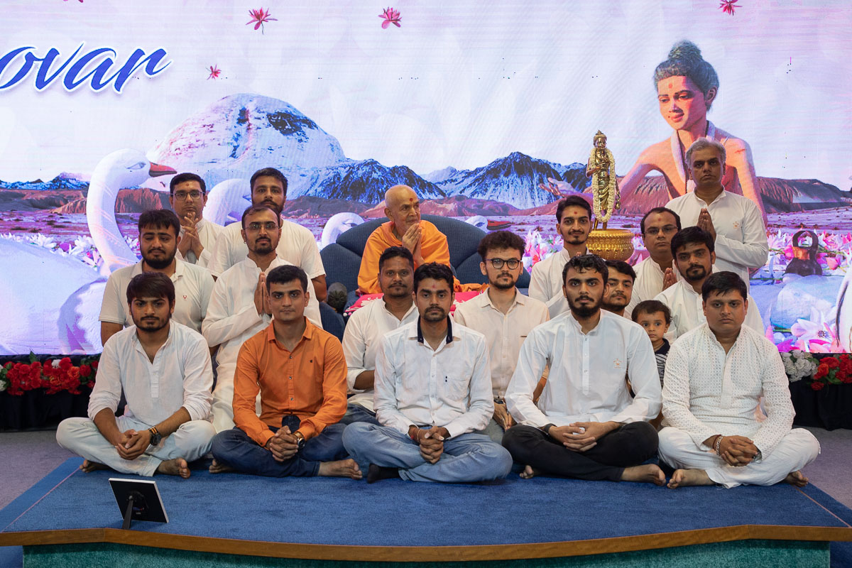 Volunteers with Swamishri