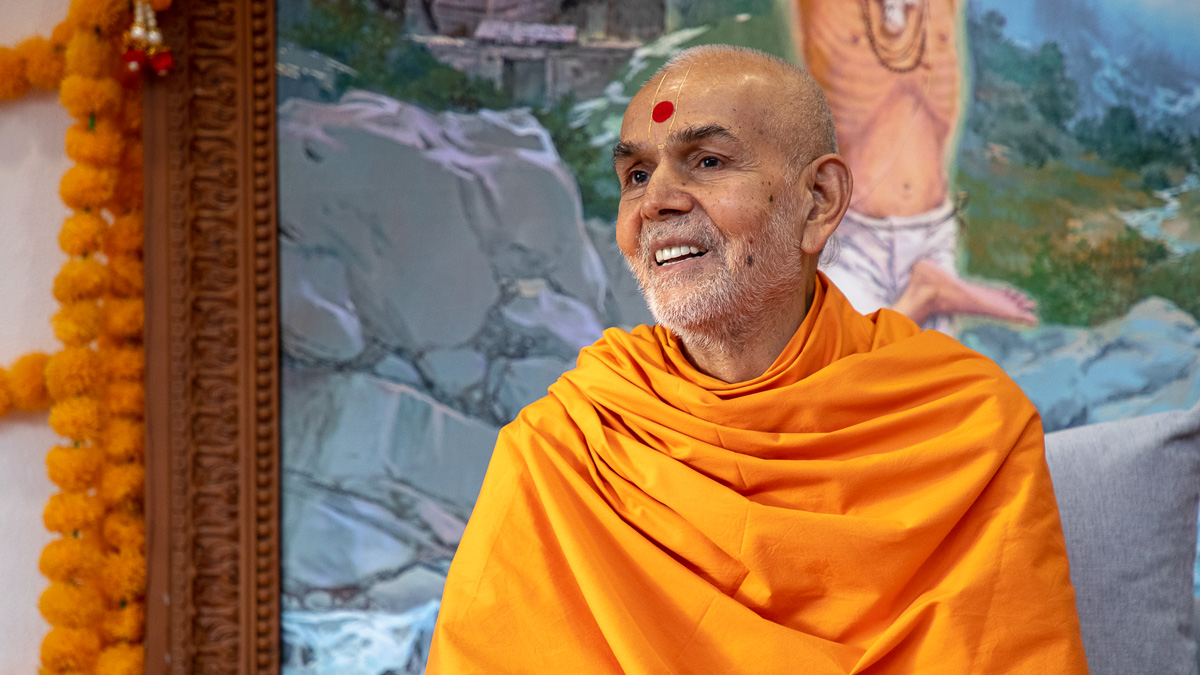 Swamishri listens to the prasang