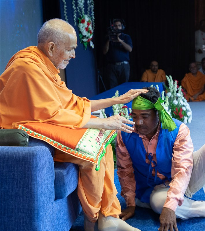 Swamishri blesses a tribal devotee