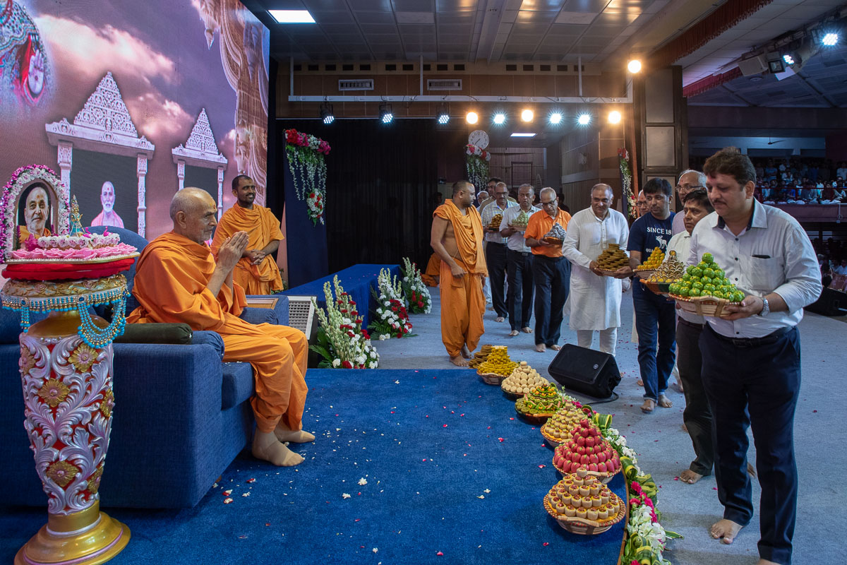 Devotees offer sweet dishes to Swamishri