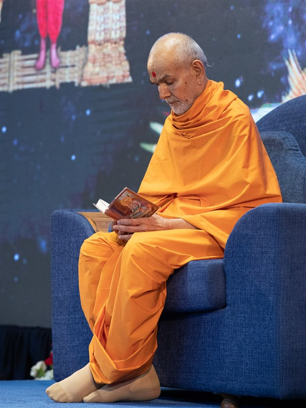 Swamishri reads the Shikshapatri