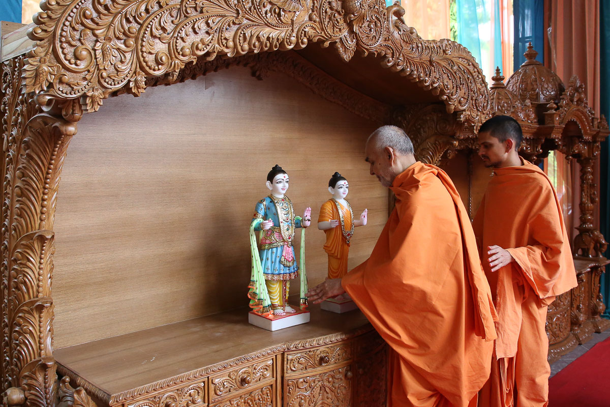 Swamishri sanctifies murtis and ghar mandirs