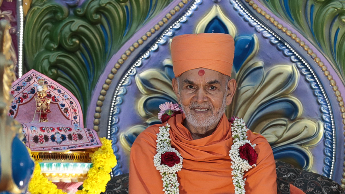 Shri Harikrishna Maharaj and Swamishri on a chariot