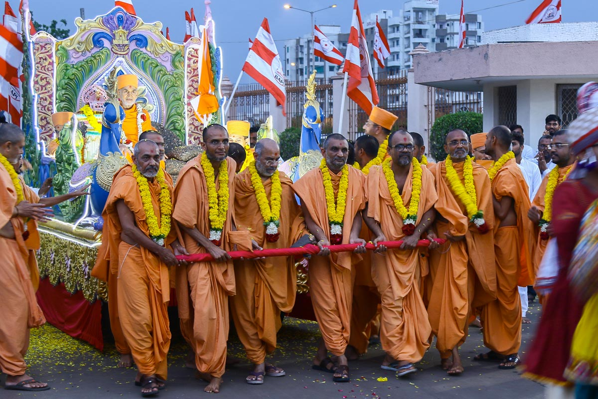 Sadhus pull the chariot of Shri Harikrishna Maharaj and Swamishri