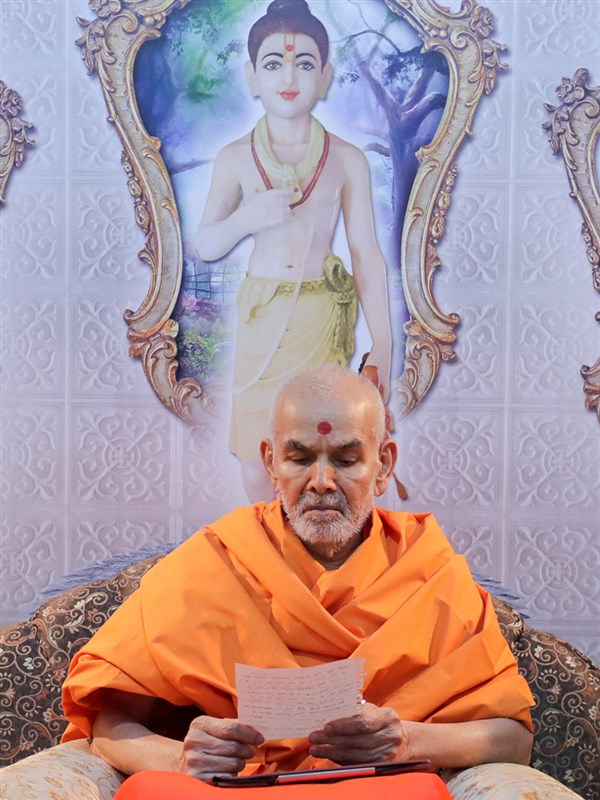 Swamishri reads letters of devotees