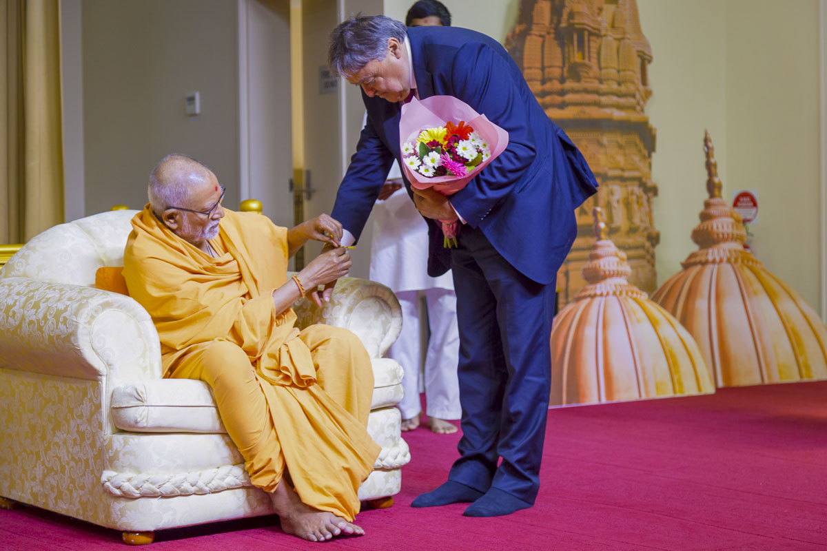 Pujya Kothari Swami ties nadachhadi to an invited guest
