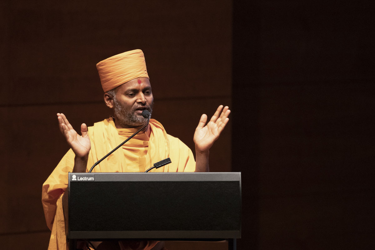 Akhandmangal Swami addresses the assembly